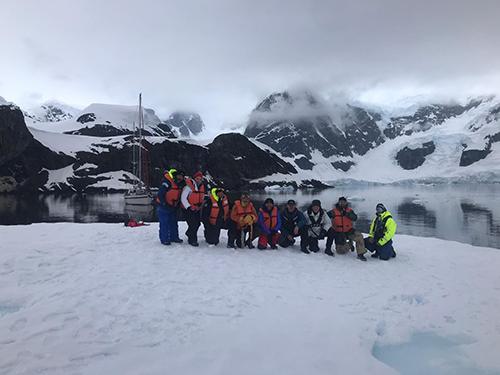 Viajeros sobre un iceberg
